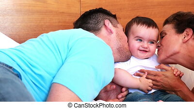 zo, hun, baby, vrolijke , kussende , ouders
