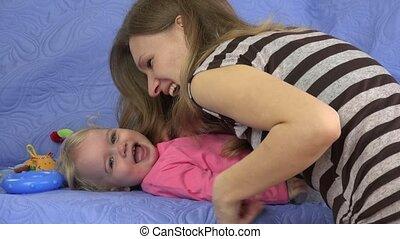 zoet, moeder, kietelen, baby, vrolijke , dochter, sofa, indoor., 4k
