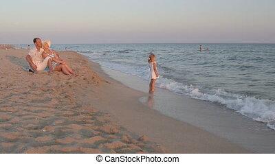 zomer, avond, gezin, jonge, vakantie, zand, het genieten van, strand