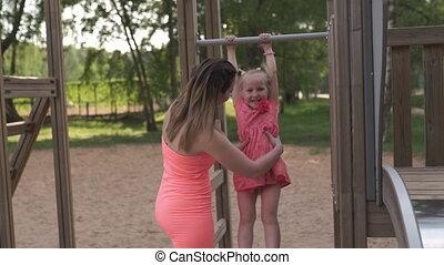 zomer, concept, gezin, kleur, helder, happinness, meisje, jurkje, weinig; niet zo(veel), levendig, haar, -, jonge, wite kaukasiër, vrolijke , vervelend, mamma, baby dochter, hebben, moeder, plezier, spelend