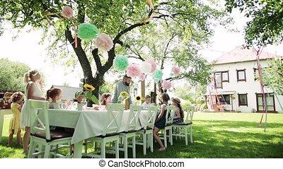 zomer, eating., buitenshuis, tuin, kleine kinderen, zittende , tafel, feestje