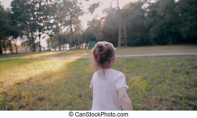 zomer, looppas, vertragen, natuur, weg, zonnig, weinig; niet zo(veel), back, vrolijk, fototoestel, aanzicht, meisje, day., mo