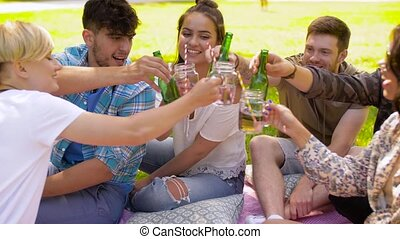 zomer, park, clinking, vrolijke , vrienden, dranken