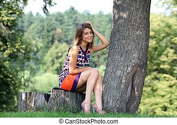 zomer, vrouw zitten, park, jonge, verticaal