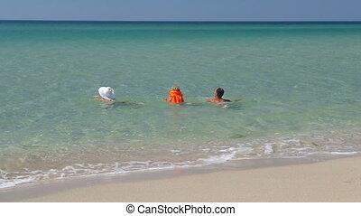 zomer, weinig; niet zo(veel), dochter, familie vakantie, samen, hebben vermaak, vrolijke , zwemmen