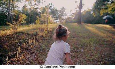 zomer, weinig; niet zo(veel), vertragen, natuur, zonnig, op, back, vrolijk, rennende , heuvel, mo, meisje, day., aanzicht