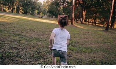 zomer, weinig; niet zo(veel), vertragen, zonnig, weg, park, looppas, back, vrolijk, fototoestel, aanzicht, meisje, day., mo
