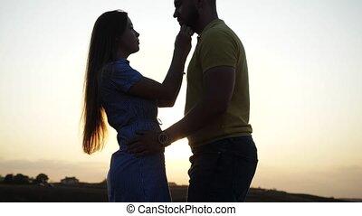 zon, geliefd, romantische, aardig, omhelzingen, tegen, mooi, kussen, avond, helder, minnaars, meadow., staand, achtergrond, nature., akker, verlaten, haar, onder, hartelijk, dageraad, paar., meisje, twee