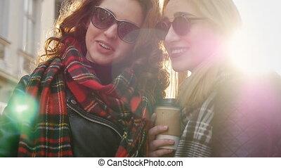 zonnebrillen, vrienden, boeiend, twee, jonge, selfies, straat., schattige