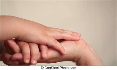 zoon, moeder, holdingshanden