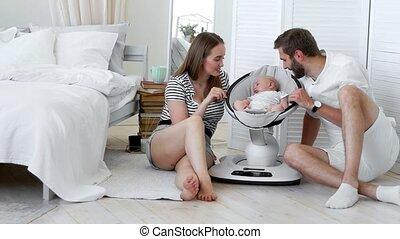 zuigeling, concept, schouwend, apartment., op, witte , -, weinig; niet zo(veel), ouders, hun, slaap, thuis, baby, afsluiten, stoel, wiegen, minimalism, vrolijke
