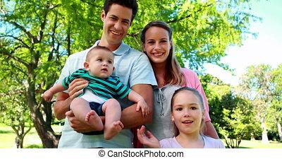 zwaaiende , gezin, jonge, fototoestel